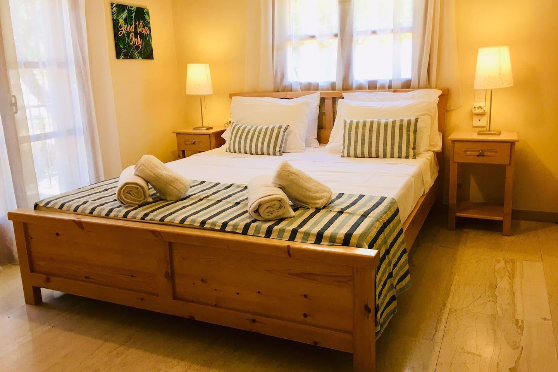 Main bedroom, queen bed (160x200cm)