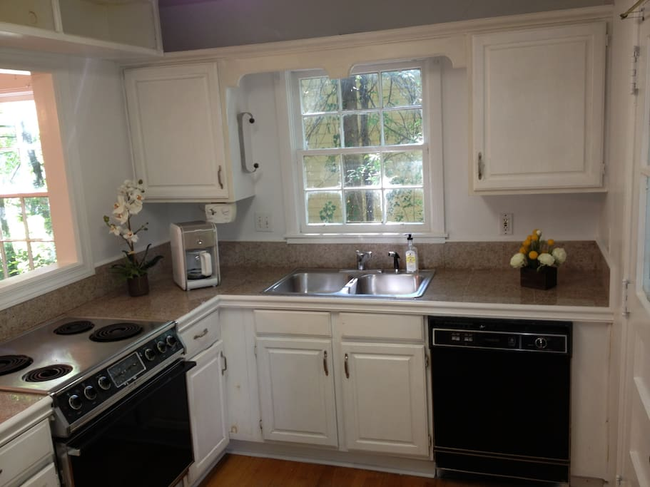 Granite countertops, Dishwasher