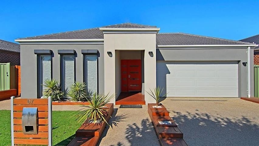 Modern 3 bedroom in quiet location - Caroline Springs