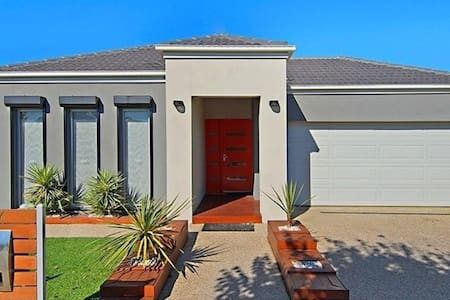 Modern 3 bedroom in quiet location - Caroline Springs - Haus