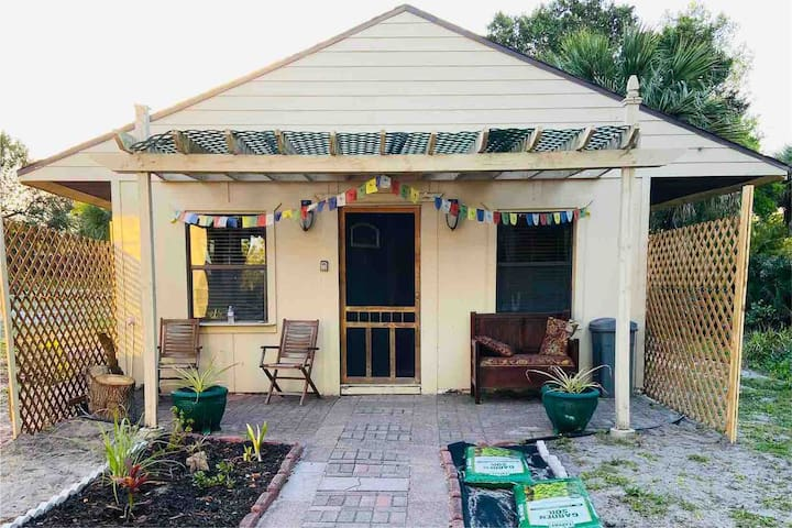 The Pineapple Cottage 1/2 Block from Indian River