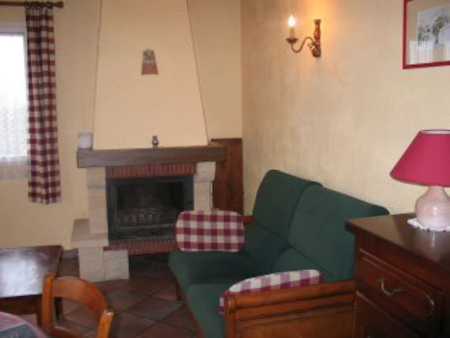 canapé avec cheminée.