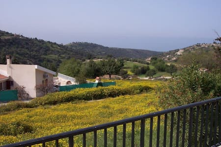 Bungalow with 2  double bedrooms in the hills . - Akoursos