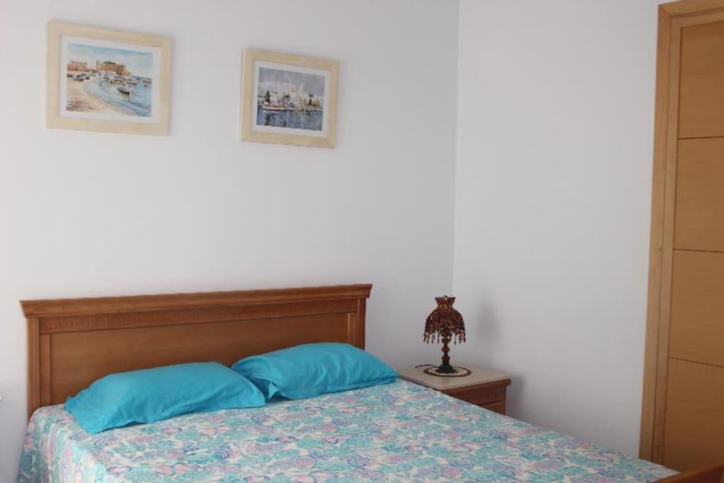 1 ère Chambre avec un lit double, un placard  un balcon vue piscine
