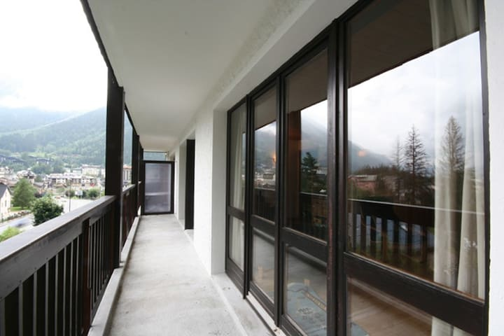 The apartment is fronted by three glass double door/ windows leading on to a 9 meter long, south-west facing balcony with fantastic views of Mt. Blanc and Chamonix.