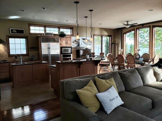 Italian Villa on Pewaukee Lake/Available for DNC