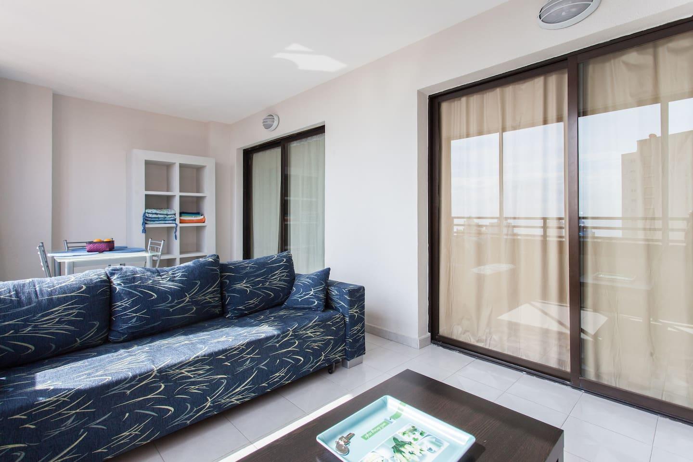 Terraza acristalada con sofá-cama doble