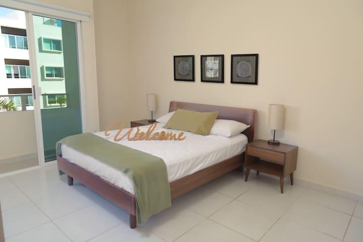 La recámara principal cuenta con cama Queen Size con sábanas suaves al tacto *The master bedroom has a Queen Size bed with soft touch sheets*