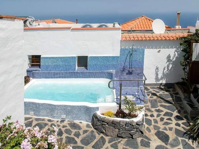 Schönes Ferienhaus mit Garten, Whirlpool und traumhafter Aussicht - 4540