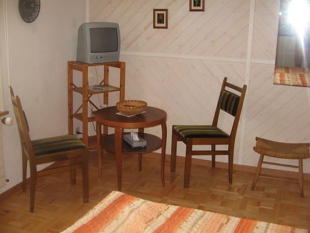 mit gemütlicher Sitzecke und TV