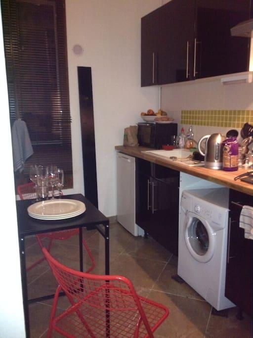 Un four, une bouilloire, une machine à laver, la vaisselle, tout reste à votre disposition.