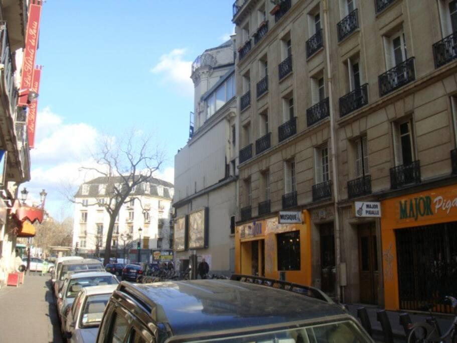 Rue avec magasins de musique.