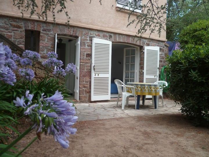 studio en rez de jardin de villa