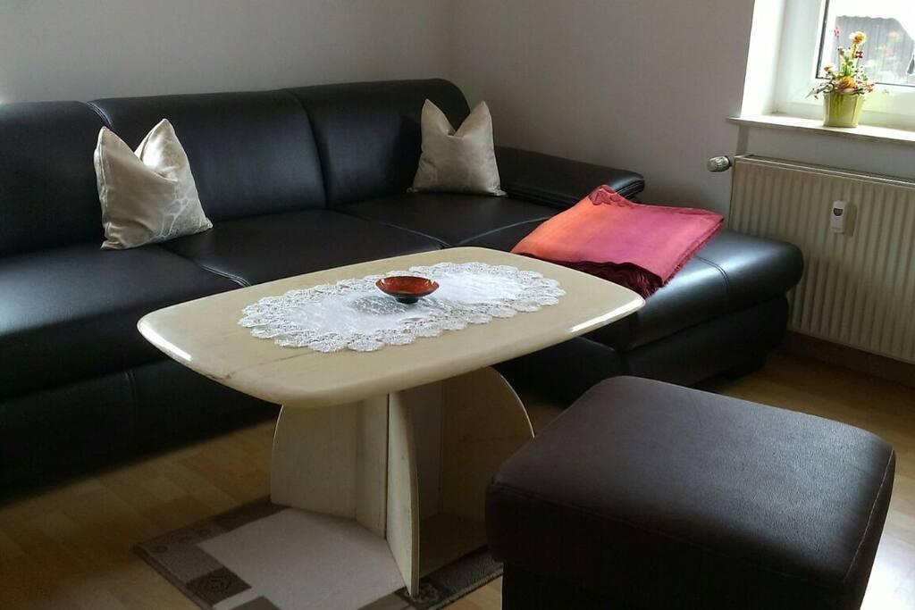 Wohnzimmer mit Ausziehcouch und TV