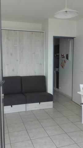 lit armoire avec canapé intégré (très bonne literie)