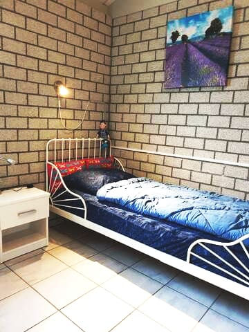 Schlafzimmer 3 Bett 80x190cm Möglichkeit ein Reisebett aufzustellen.