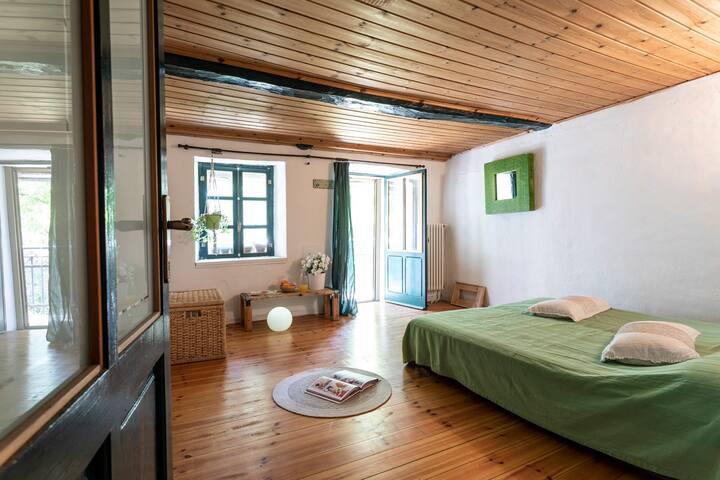 """camera matrimoniale """" prato """" con letto a 2 piazze  e balconcino sull'aia"""