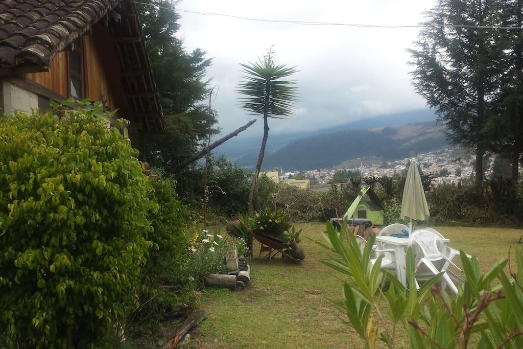 Vista panoramica del volcan Imbabura y de la Ciudad de Otavalo