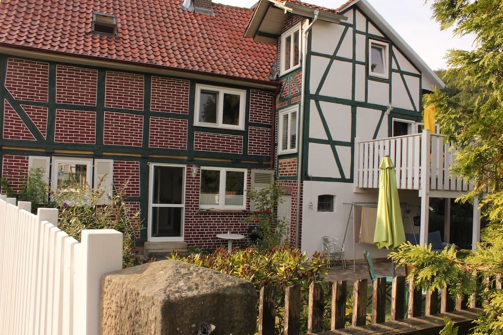 Unser Haus, die Wohnung liegt im rechten Teil und ist über den Balkon zugänglich