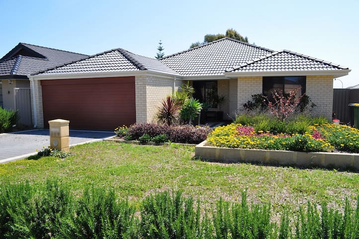 Family Home Parade - Canning Vale - House