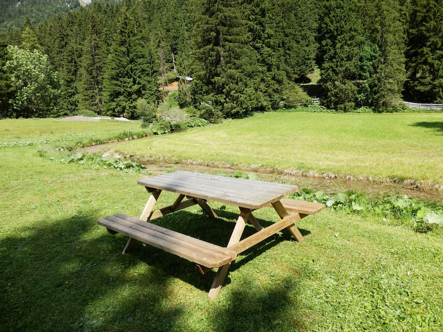 Garten und Sitzgelegenheiten am Bach