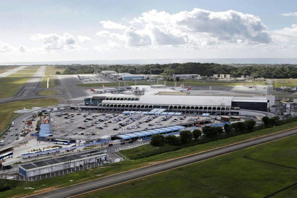 Aeroporto Internacional de Salvador, localizado a poucos minutos da residência.