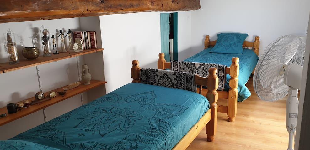 Chambre de 2 lits simples avec matelas à mémoire de forme.