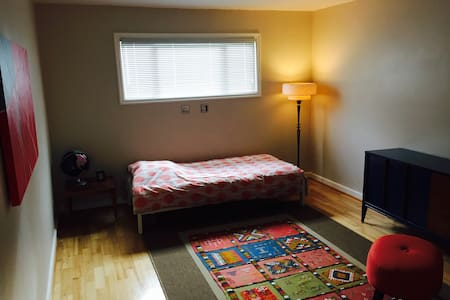 Guest room - Modern Farm/Vineyard, Single Bed - Salem - House