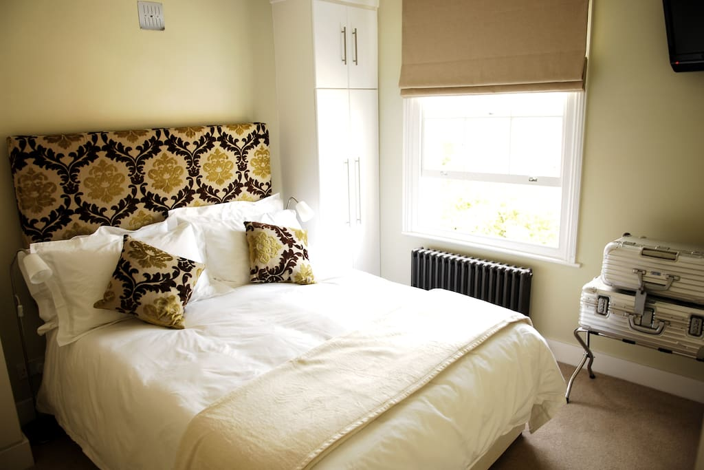 King size bed with Egyptian cotton bedlinen (supplied)