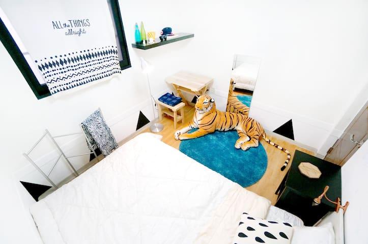 5min*Hongdae Stn*SELINA'S PLACE* w/Tiger doll