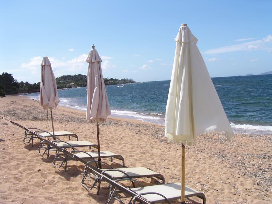 La plage, avec un accès direct, depuis la propriétée, s'ouvre à vous avec parasols & transats, & sa vue imprenable