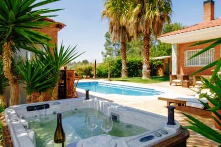 Chalet unifamiliar con piscina privada y yacuzzy
