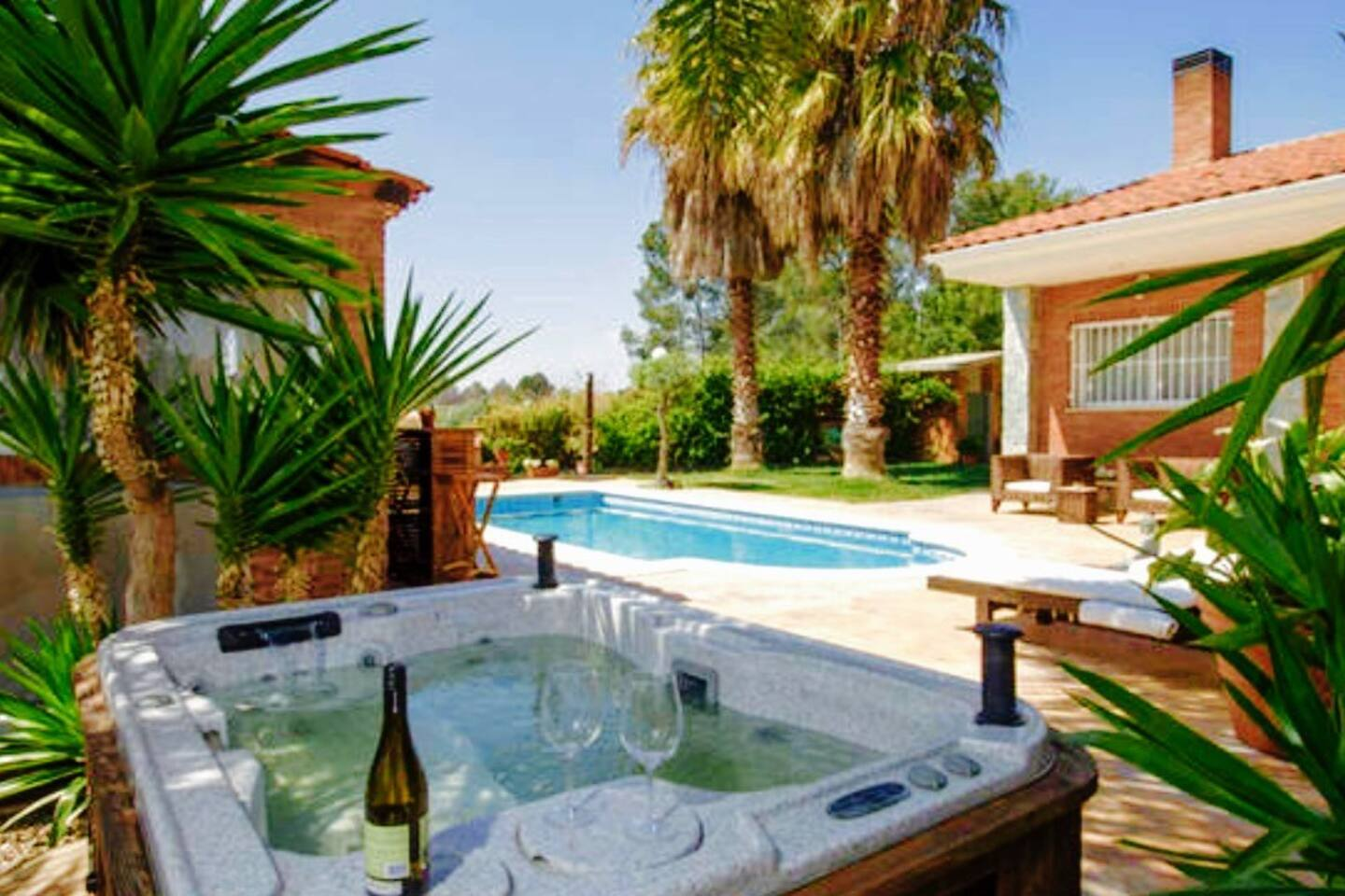 Jardín con tumbonas, chill outh, piscina y jacuzzi exterior privados.  Garden with sun loungers, chill outh, private outdoor pool and jacuzzi.  Jardin avec chaises longues, chill outh, piscine extérieure privée et jacuzzi