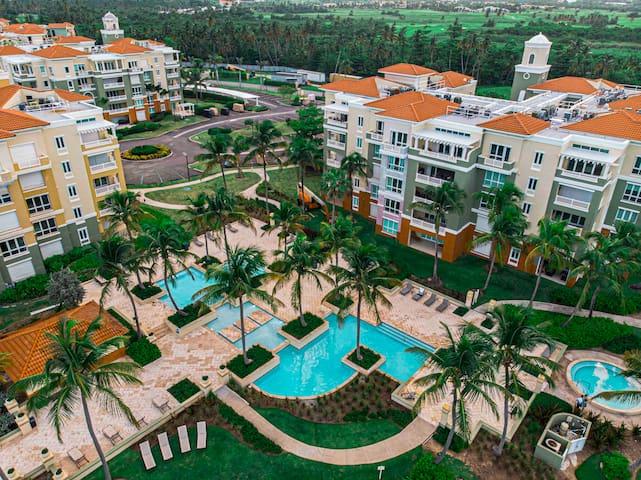 Luxury Beach Front Condo Balcony, Pool and Jacuzzi