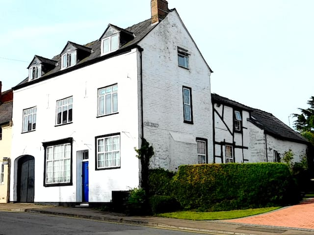 Crown House (Self-catering B&B). - Newent - Bed & Breakfast