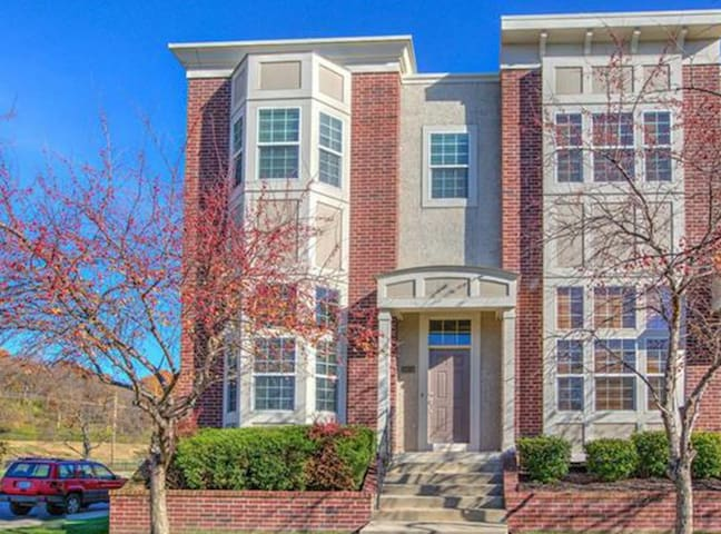 ★ North KC Townhome ★ Perfect Location★ 1700+ sqf