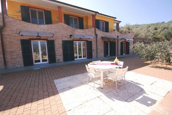 Villa con terrazza e giardino | V38 - Poggi - Huis