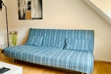 Wohnzimmercoach mit neuem Bezug /  Living room coach with a new cover