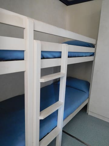 Quarto com 3 camas individuais (1 sobreposta)