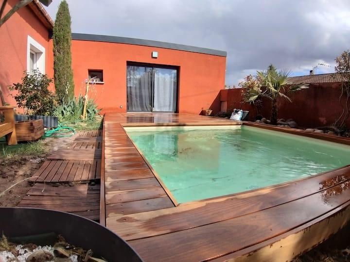 Le studio rouge lagon et sa piscine bassin