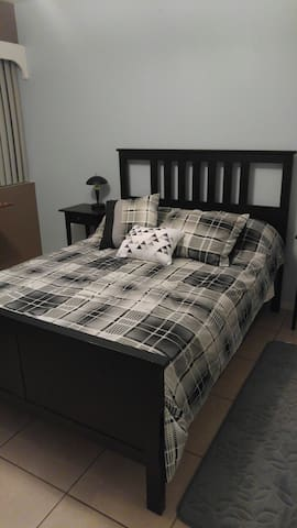 Spacious bedroom with private bathroom for rent - Miami - Casa