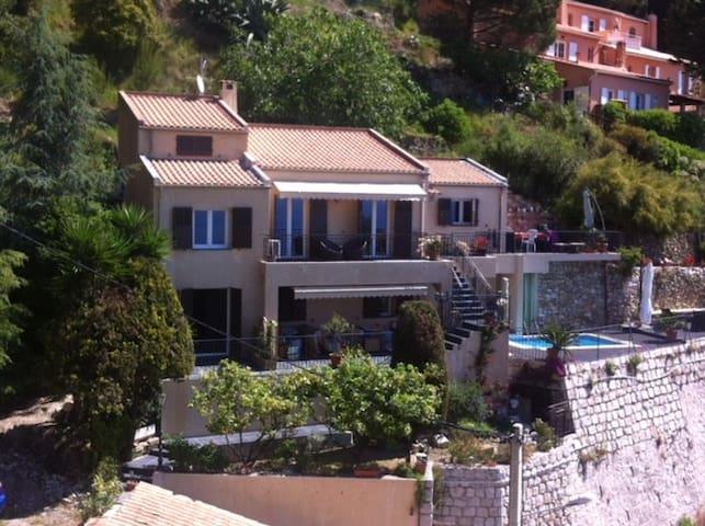 Studio avec terrasse vue mer dans villa