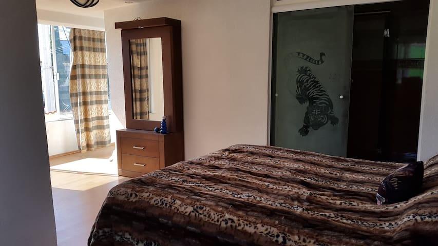 Habitacion con Jacuzzi privado y acceso a casa.