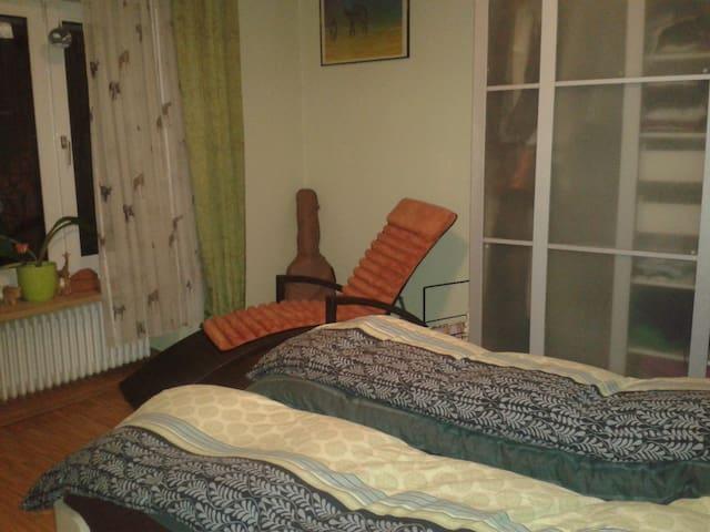 Das Schlafzimmer im Erdgeschoß hat ein 140cm breites Bett und einen schönen Blick in den Garten