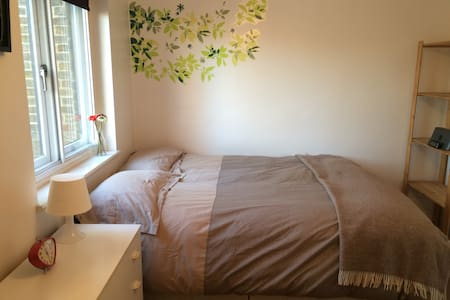 Double Room 20min from Centre (next to station)