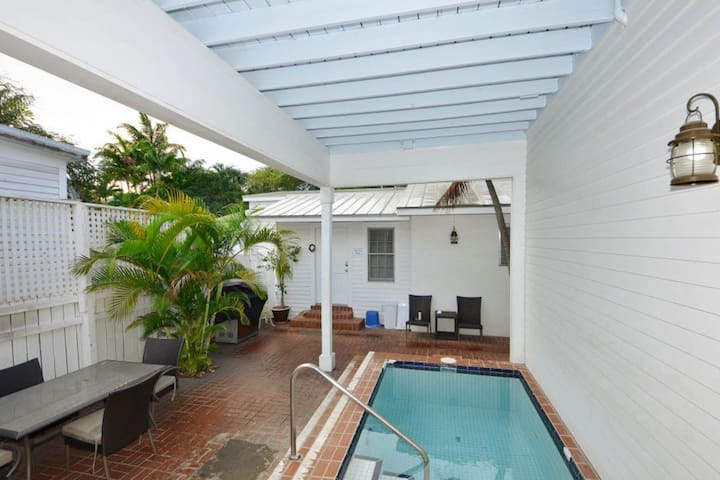 Studio condo w/ shared courtyard & pool - walk to everything - dogs welcome!