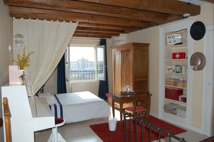 Large room, overlooking the river - Chalon-sur-Saône - Apartemen