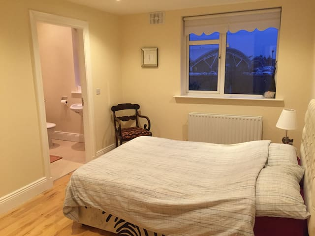 Zebra Room - Double Bedroom / Private Bathroom - Kimmage