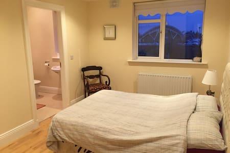 Zebra Room - Double Bedroom / Private Bathroom - Kimmage - Hus