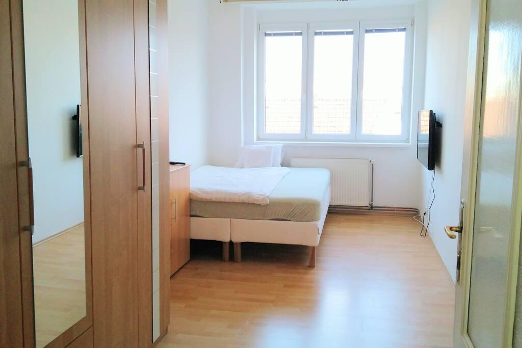 Nová postel 200*160 cm, úložný prostor, krásný výhled    New bed 200*160 cm, huge cupboard, great view,